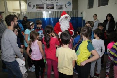 Moș Crăciun i-a vizitat pe micuții atleți de la ACS InSport